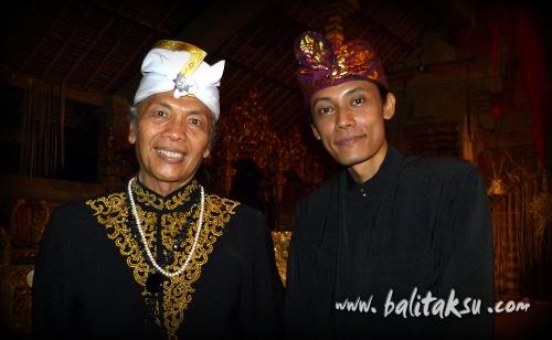 アナック・アグン・グデ・バグース・マンデラ・エラワン氏(レゴン・ナンディラ・インドラ・マヤ舞踊の企画者)と記念撮影