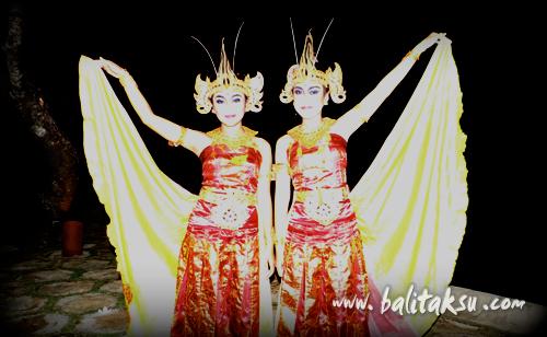 Penari Tunas Maragawi menari tari Cendrawasih dengan Seka Gong Tirta Sari di the Oberoi Hotel - Seminyak.